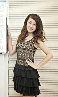 黑色蕾丝洋装